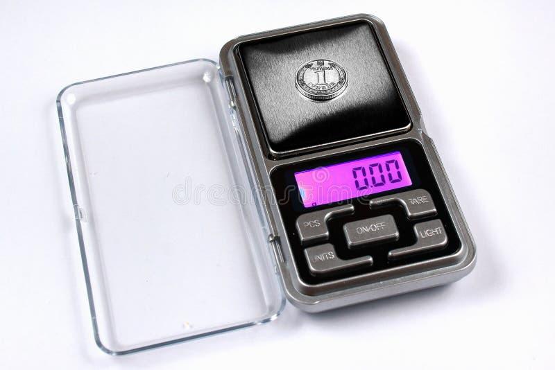 Het Oekraïense hryvniamuntstuk op schalen, toont nul gewicht stock foto