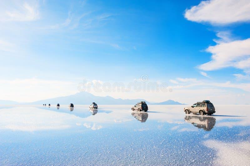 Het Off-road auto's drijven door zout vlak Salar de Uyuni stock fotografie