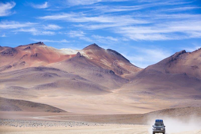 Het Off-road voertuig drijven in de Atacama-woestijn, Bolivië stock foto's