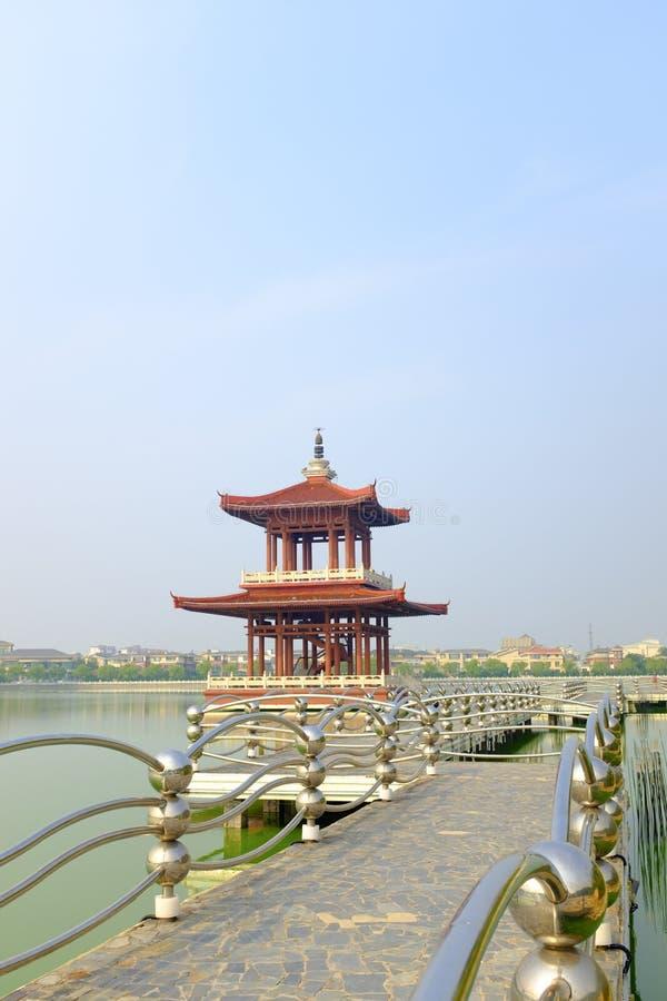 Het omgekeerde beeld van een paviljoen in het water royalty-vrije stock fotografie