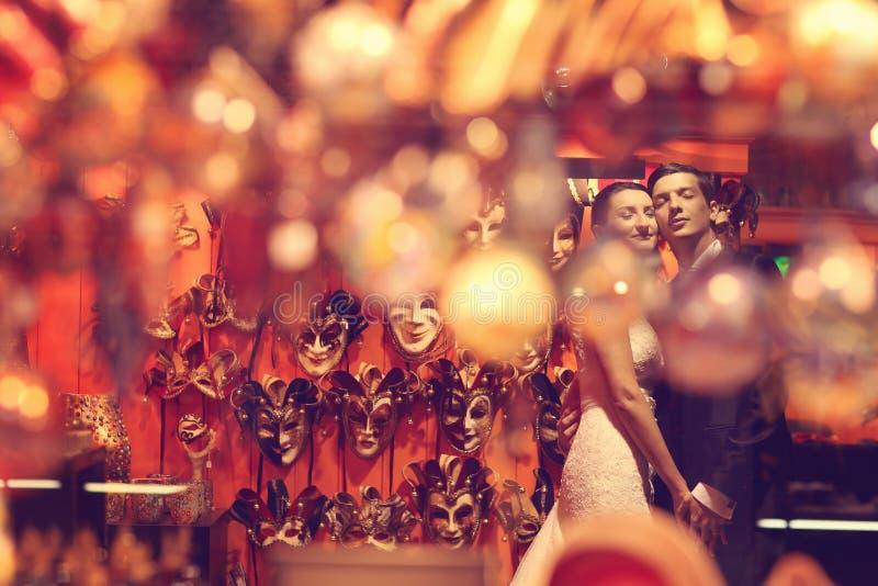 Het omhelzen van de bruid en van de bruidegom stock foto's