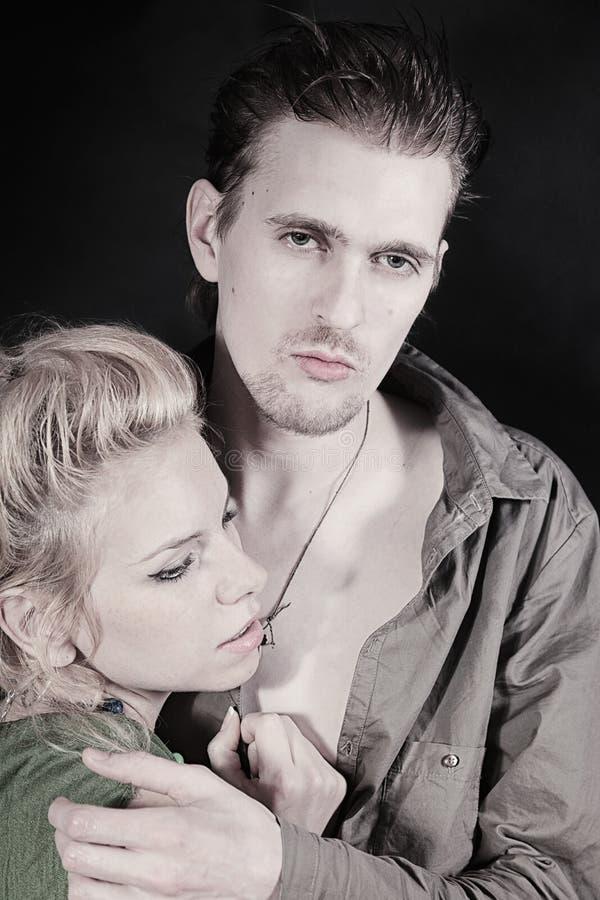 Het omhelzen van de jonge mens en vrouw royalty-vrije stock afbeelding