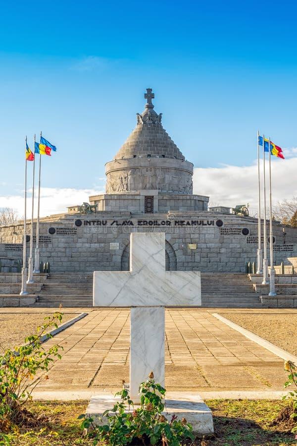 Het onbekende kruis van het militairgraf bij het Mausoleum van Marasesti stock foto