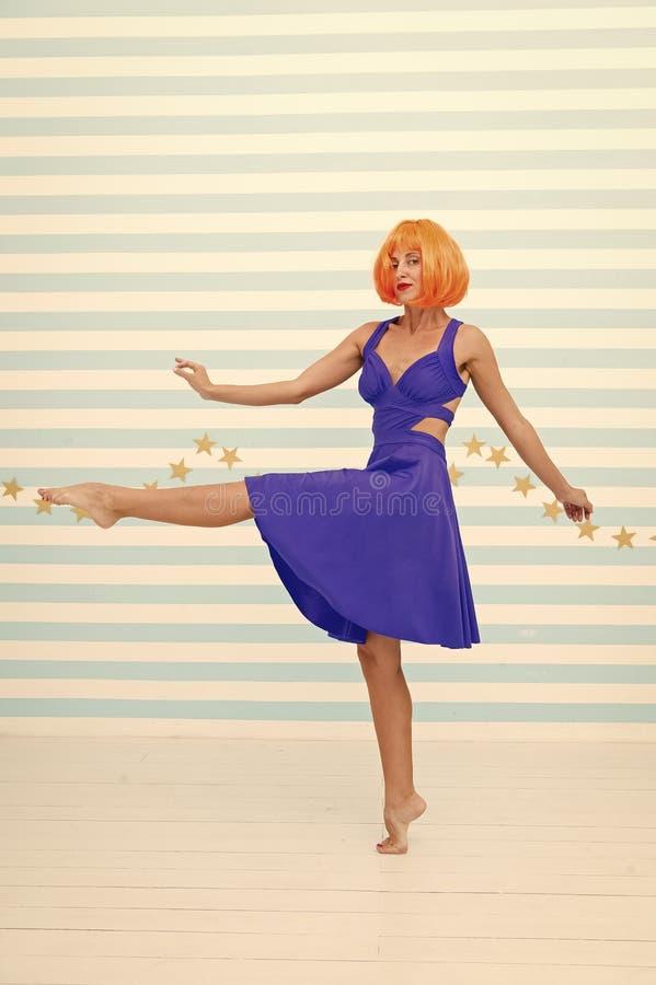 Het onbezorgde meisje met gekke blik maakt stap Zo veel pret gek meisje met oranje haar die blootvoets dansen Totaal onbezorgd royalty-vrije stock afbeeldingen