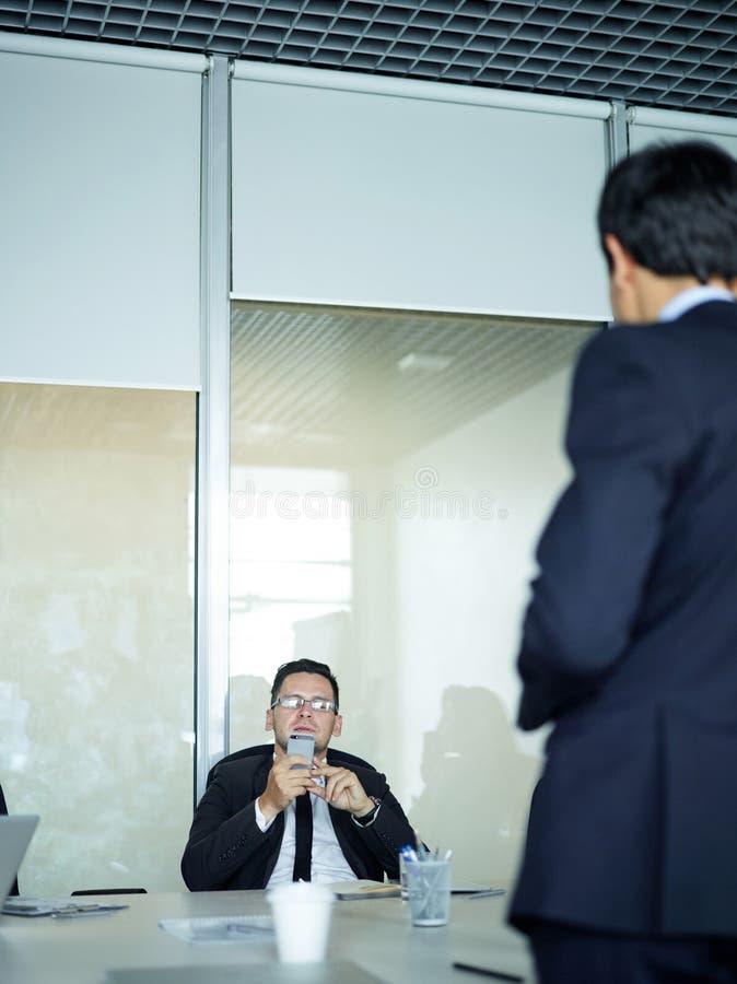 Het onder ogen zien van Werkgever in Vergadering stock fotografie