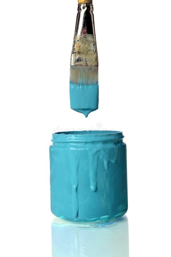 Het Onderdompelen van Pintbrush in kan van Wintertaling schilderen stock afbeeldingen