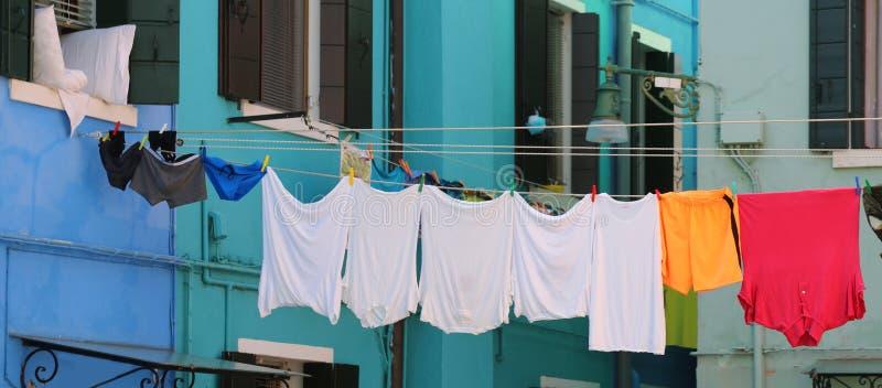 het ondergoed informeert en ondergoed en kleedt het hangen in typica stock foto