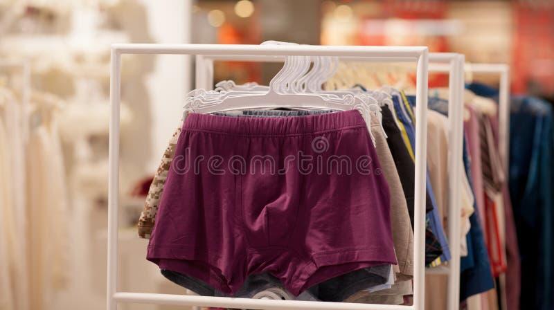 Het ondergoed van mensen in een boutique Adverteer, Verkoop en Manierconcept stock foto's