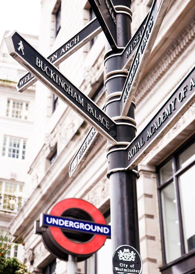 Het ondergrondse teken van Londen en straatteken stock fotografie