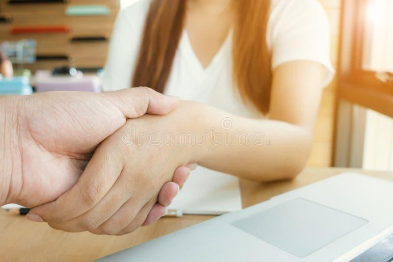 Het onderhandelen zaken, Beeld van onderneemstershandenschudden, gelukkig met het werk, de vrouw geniet van zij met haar collega stock foto