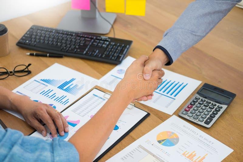 Het onderhandelen zaken, Twee zekere het bedrijfsmens schudden handen met partners samen na omhoog het beëindigen van een vergade stock foto