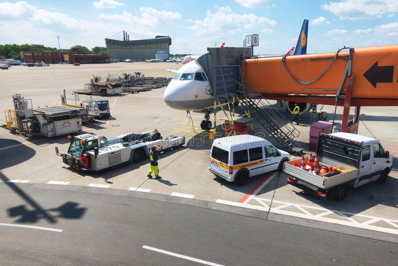 Het onderhoud van het passagiersvliegtuig in luchthaven vóór vlucht, grondverrichtingen in Berlin Airport royalty-vrije stock afbeelding