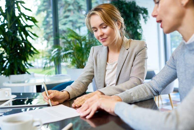 Het ondertekenen van bedrijfscontract royalty-vrije stock afbeelding
