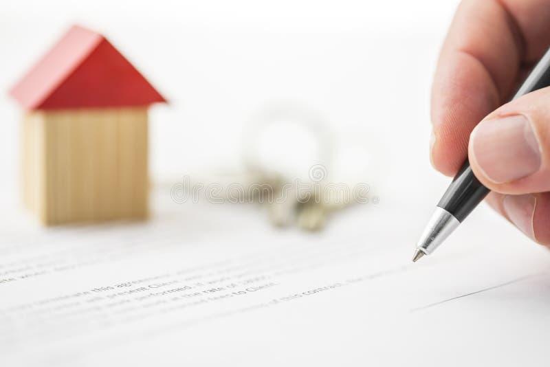 Het ondertekenen van contract van huisverkoop royalty-vrije stock fotografie