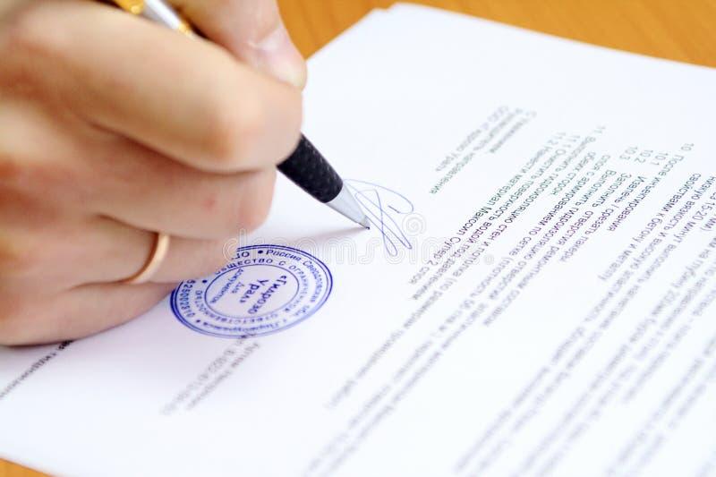 Het ondertekenen van document royalty-vrije stock afbeeldingen