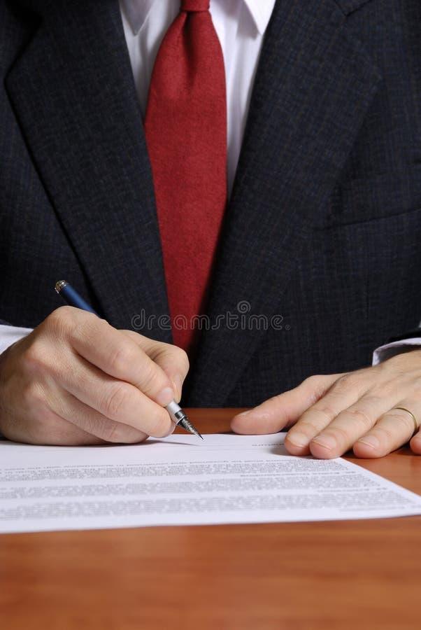 Het ondertekenen van een contract stock fotografie
