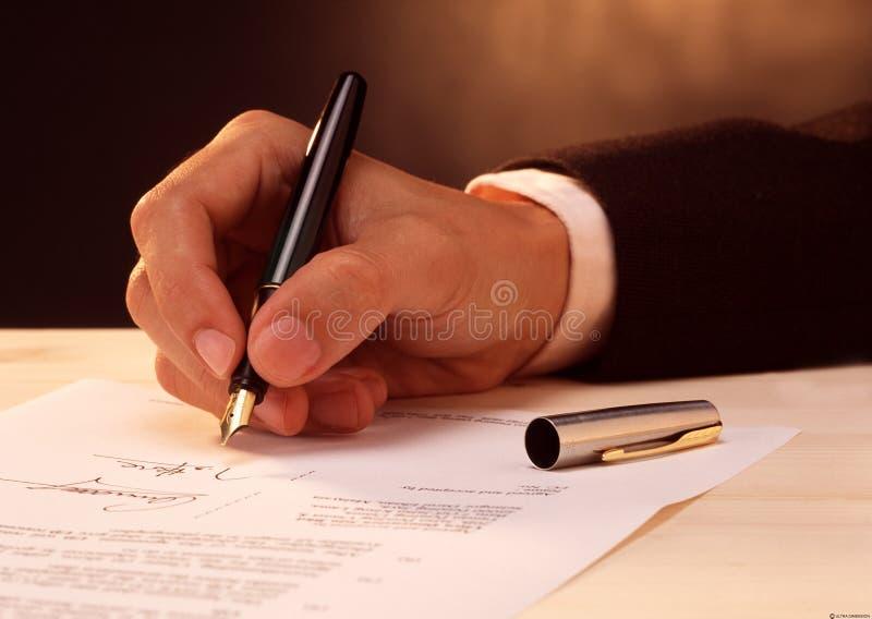 Het ondertekenen van een document royalty-vrije stock foto