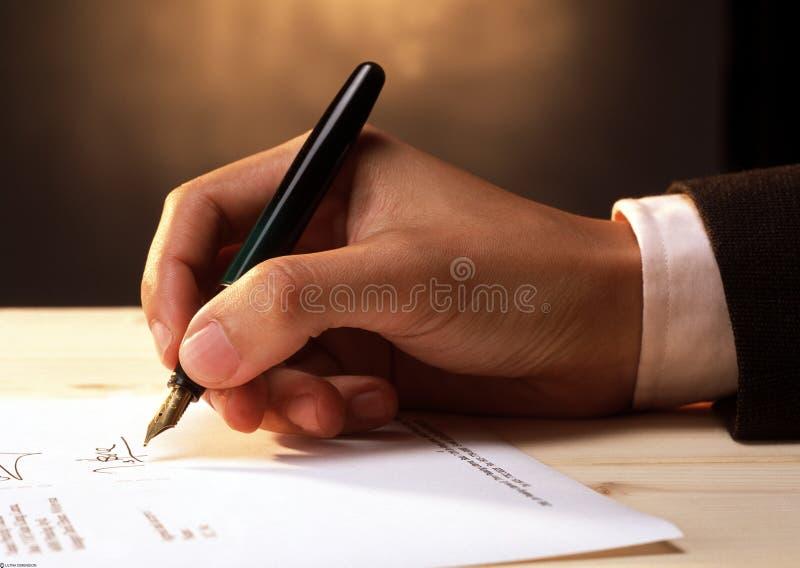 Het ondertekenen van een document stock afbeeldingen