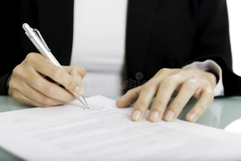 Het ondertekenen van een document royalty-vrije stock afbeelding
