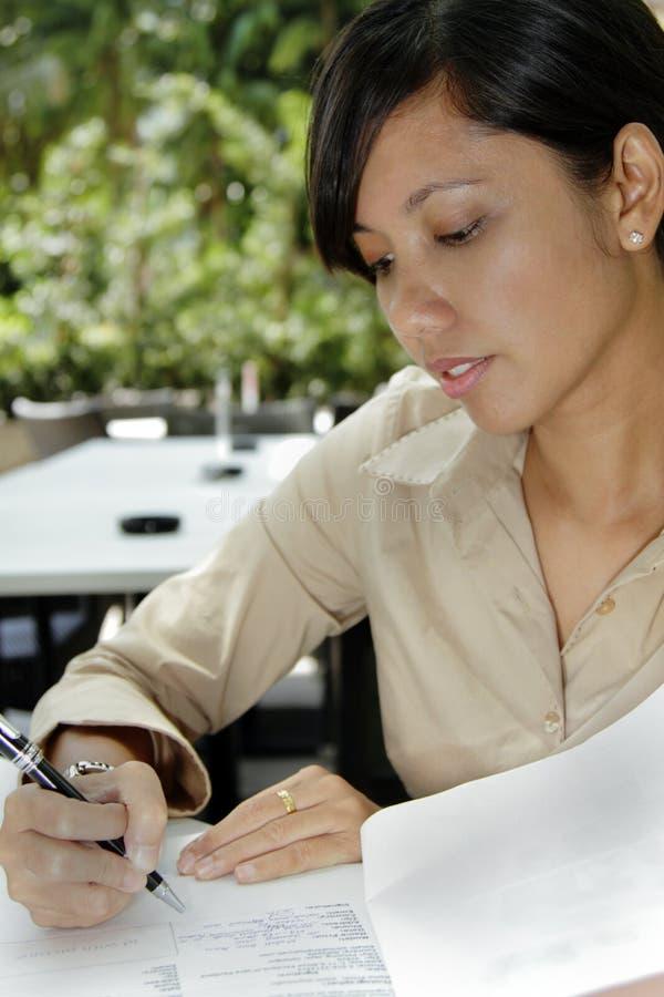 Het ondertekenen van een Overeenkomst stock fotografie