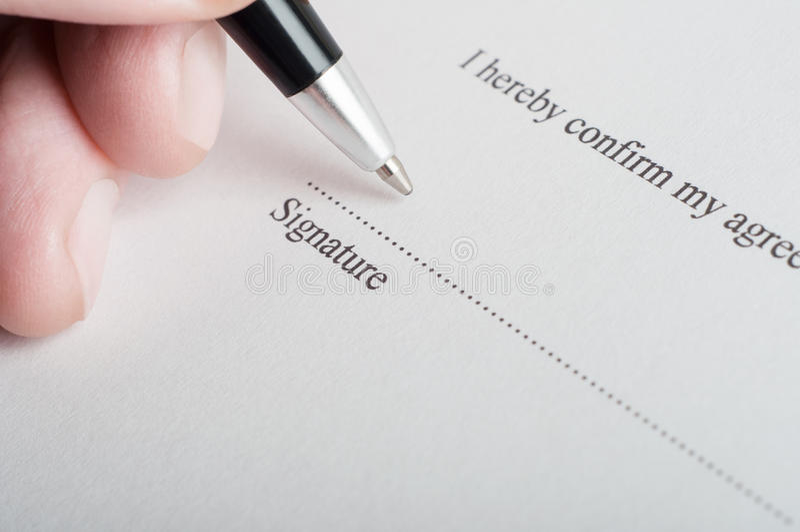 Het ondertekenen van een Wettelijk Document royalty-vrije stock afbeeldingen