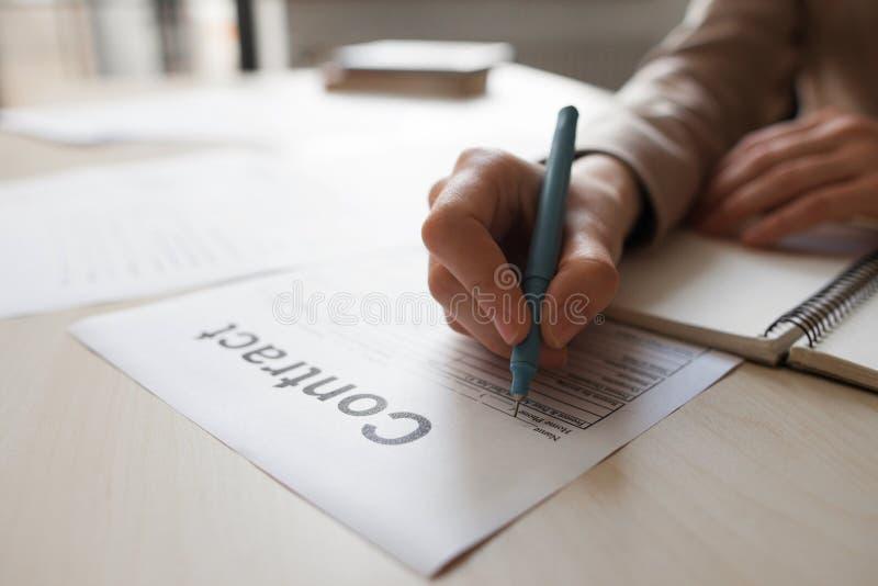 Het ondertekenen van het contract royalty-vrije stock foto