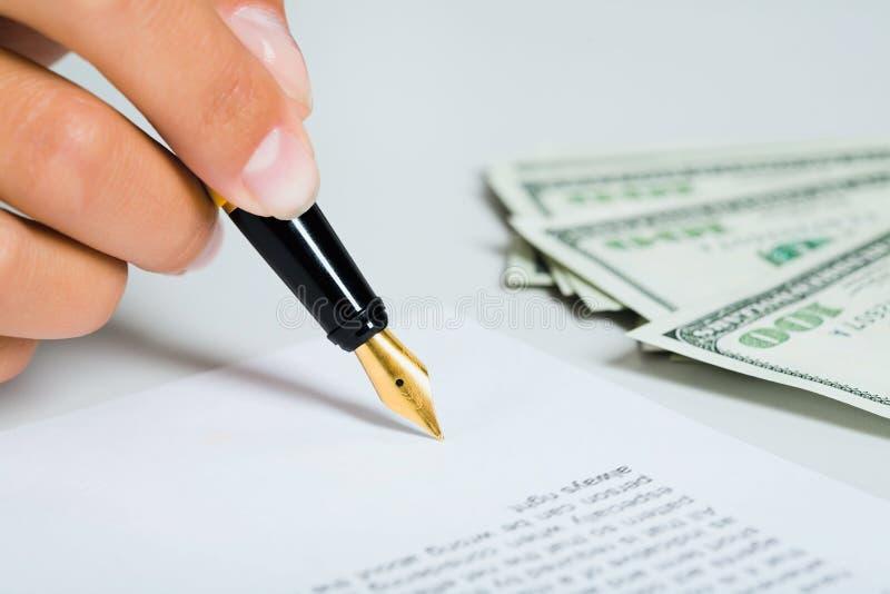 Het ondertekenen van het document royalty-vrije stock foto's