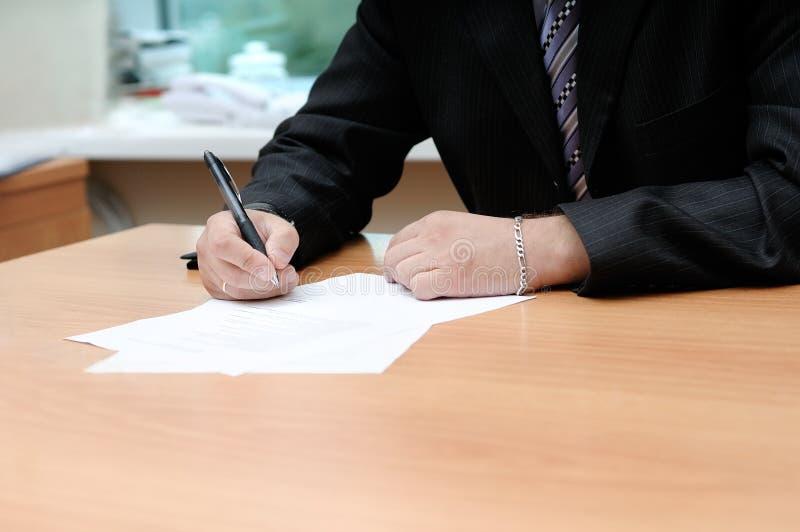 Het ondertekenen van het document stock afbeeldingen
