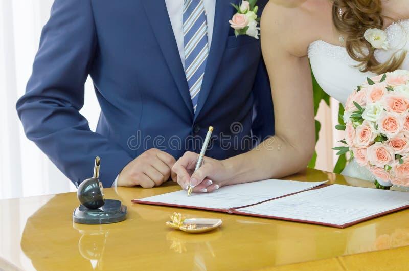 Het ondertekenen van het huwelijk stock fotografie