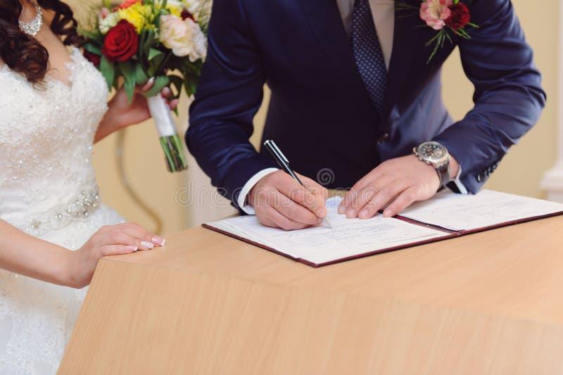 Het ondertekenen van Huwelijkscontract royalty-vrije stock foto
