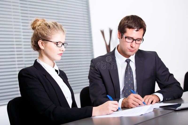 Het ondertekenen van nieuw bedrijfscontract royalty-vrije stock afbeeldingen