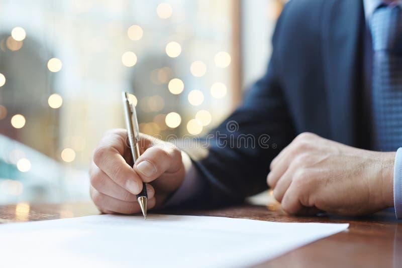 Het ondertekenen van overeenkomst stock foto