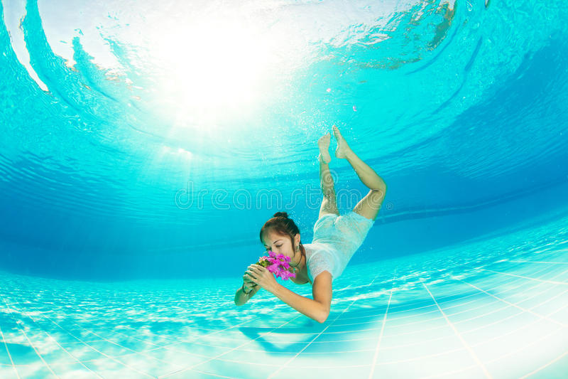 Het onderwater zwemmen met bloemen stock foto's