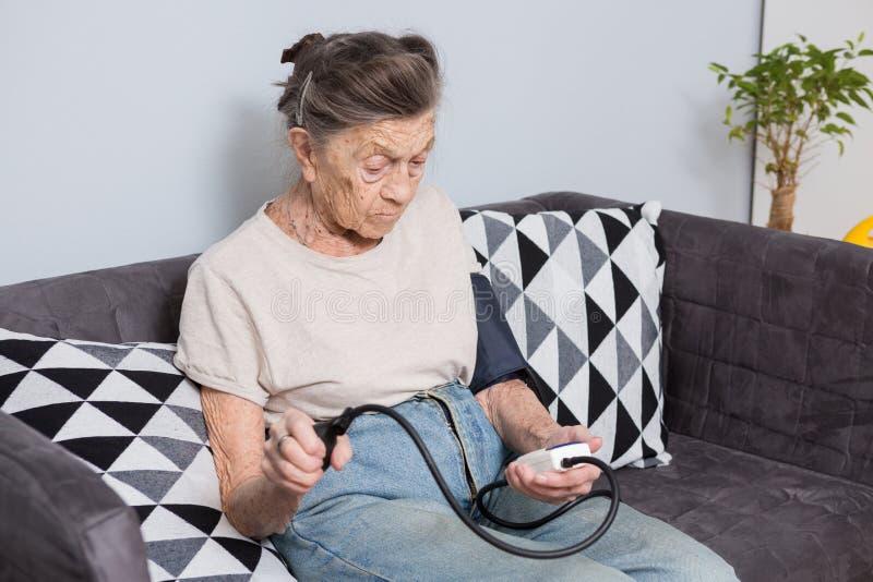 Het onderwerp is zeer oude persoon en gezondheidsproblemen Een hogere Kaukasische vrouw, 90 jaar oud, met rimpels en grijs haar royalty-vrije stock foto's