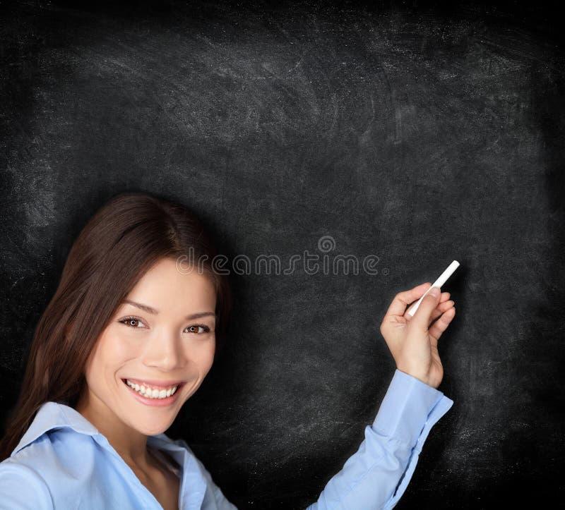 Het onderwijs dat van de leraar op bord schrijft stock fotografie