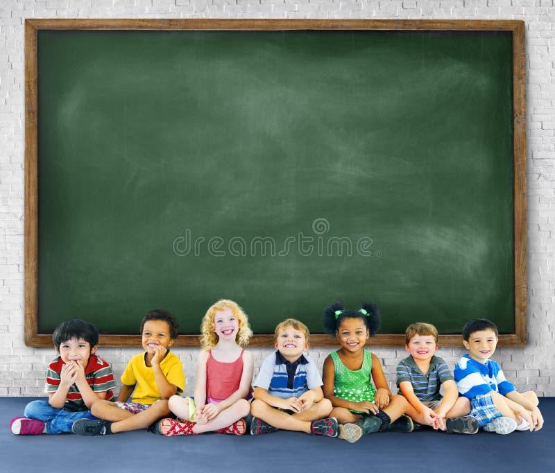 Het Onderwijs die van kinderenjonge geitjes Vrolijk Concept leren stock foto
