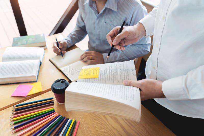 Het onderwijs en het schoolconcept, studentencampus bevorderen de de achterstand inlopend Lezing van de Instellingsvriend en Exam royalty-vrije stock afbeelding