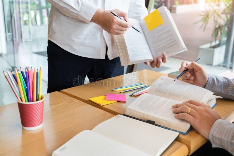 Het onderwijs en het schoolconcept, studentencampus bevorderen de de achterstand inlopend Lezing van de Instellingsvriend en Exam royalty-vrije stock fotografie