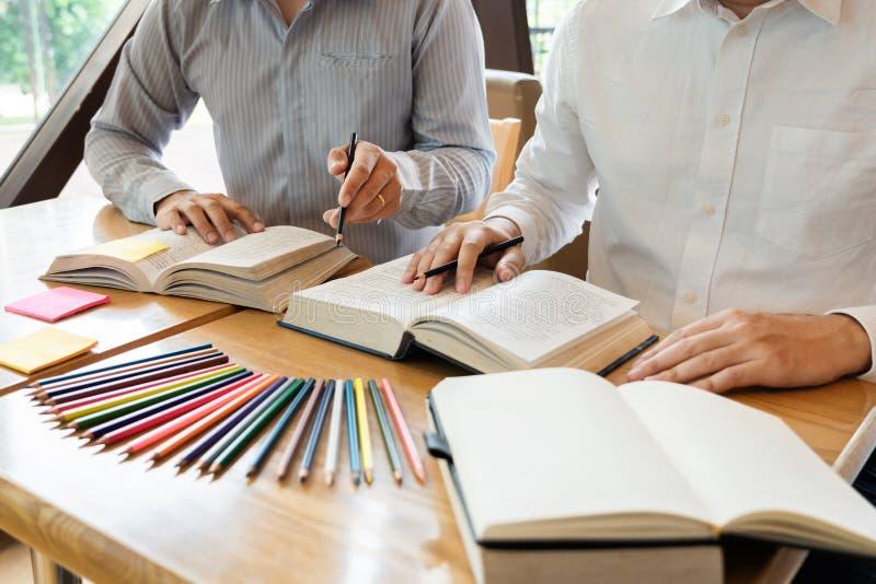 Het onderwijs en het schoolconcept, studentencampus bevorderen de de achterstand inlopend Lezing van de Instellingsvriend en Exam royalty-vrije stock foto's