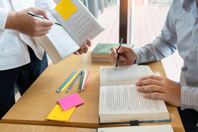 Het onderwijs en het schoolconcept, studentencampus bevorderen de de achterstand inlopend Lezing van de Instellingsvriend en Exam royalty-vrije stock foto