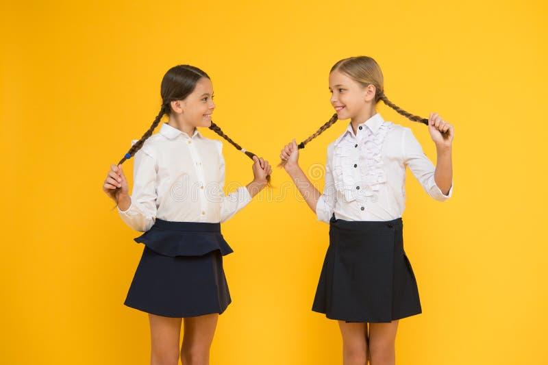 Het onderwijs is geleidelijk proces om kennis te krijgen Klasgenoten die pret hebben op school Vrienden aanbiddelijke leerlingen royalty-vrije stock foto's