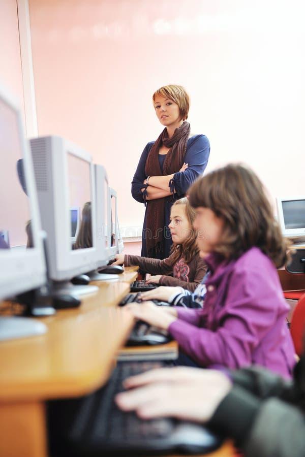 Het onderwijs met kinderen in school royalty-vrije stock foto