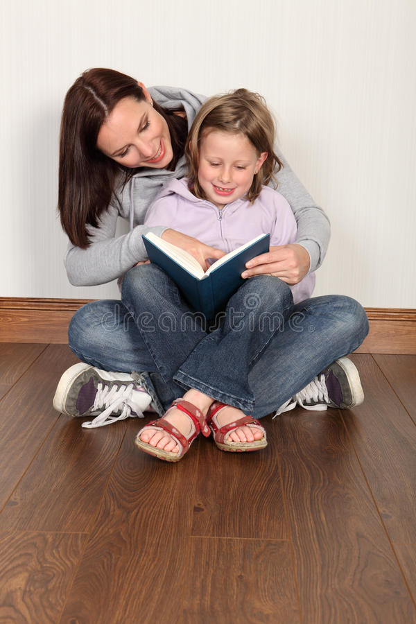 Het onderwijsdochter van de moeder om huisonderwijs te lezen royalty-vrije stock foto