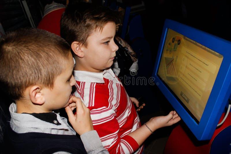 Het onderwijskinderen de grondbeginselen van brandveiligheid in het Gomel-gebied van Wit-Rusland royalty-vrije stock fotografie
