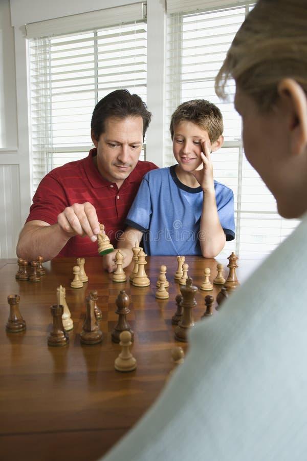 Het onderwijsschaak van de papa aan zoon. royalty-vrije stock foto