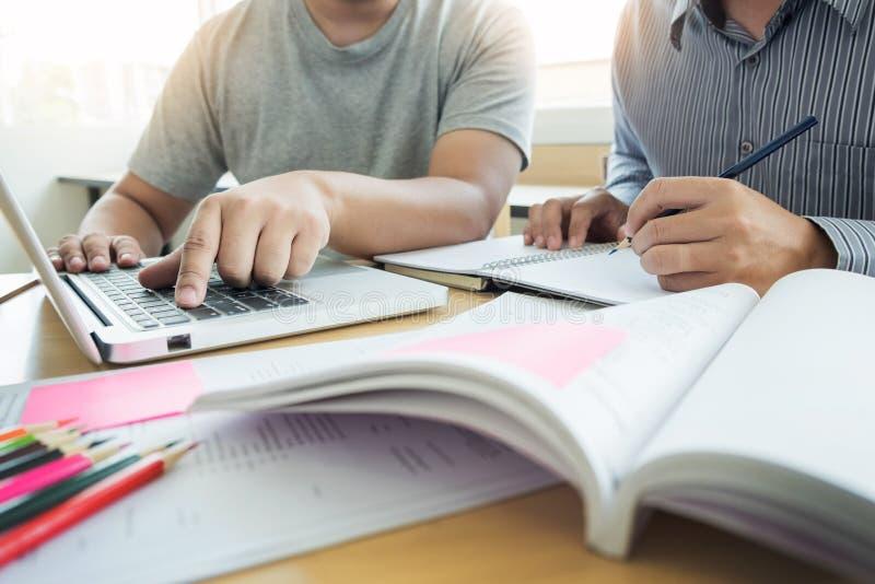 Het onderwijzen helpend technologieconcept Vrouwen jonge leraar of tuto stock afbeeldingen