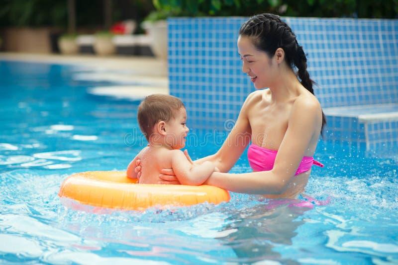 Het onderwijzen hoe te zwemmen royalty-vrije stock foto's