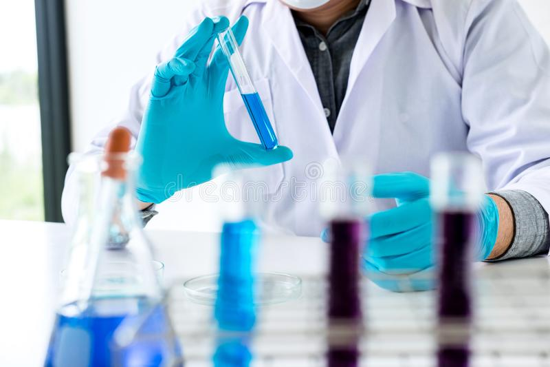 Het onderzoek van het biochemielaboratorium, Wetenschapper of medisch in mede laboratorium royalty-vrije stock foto's