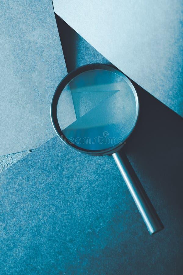 Het onderzoek van de vergrootglaswetenschap onderzoekt nauwkeurig onderzoek royalty-vrije stock foto