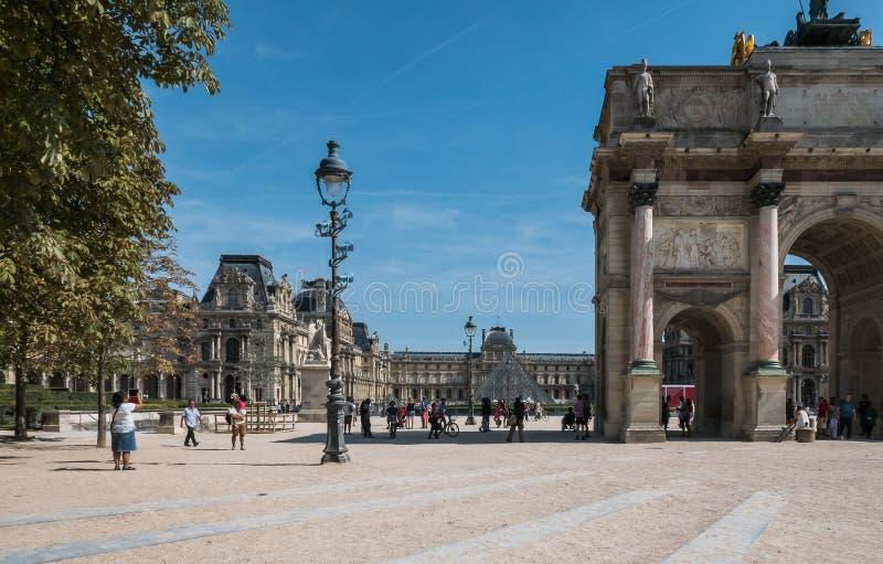 Het onderzoeken van de Louvrebinnenplaats op een zonnige Augustus-dag stock afbeeldingen